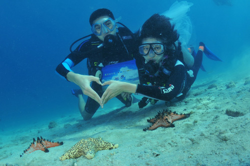 Divers underwater Wedding in Trang